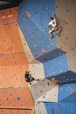Künstliche Kletterwand in einer Kletterhalle.